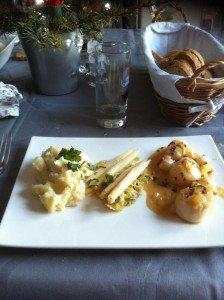 Noix de Saint Jacques et sa sauce au vin blanc à l'échalotte finsgourmets.unblog.fr